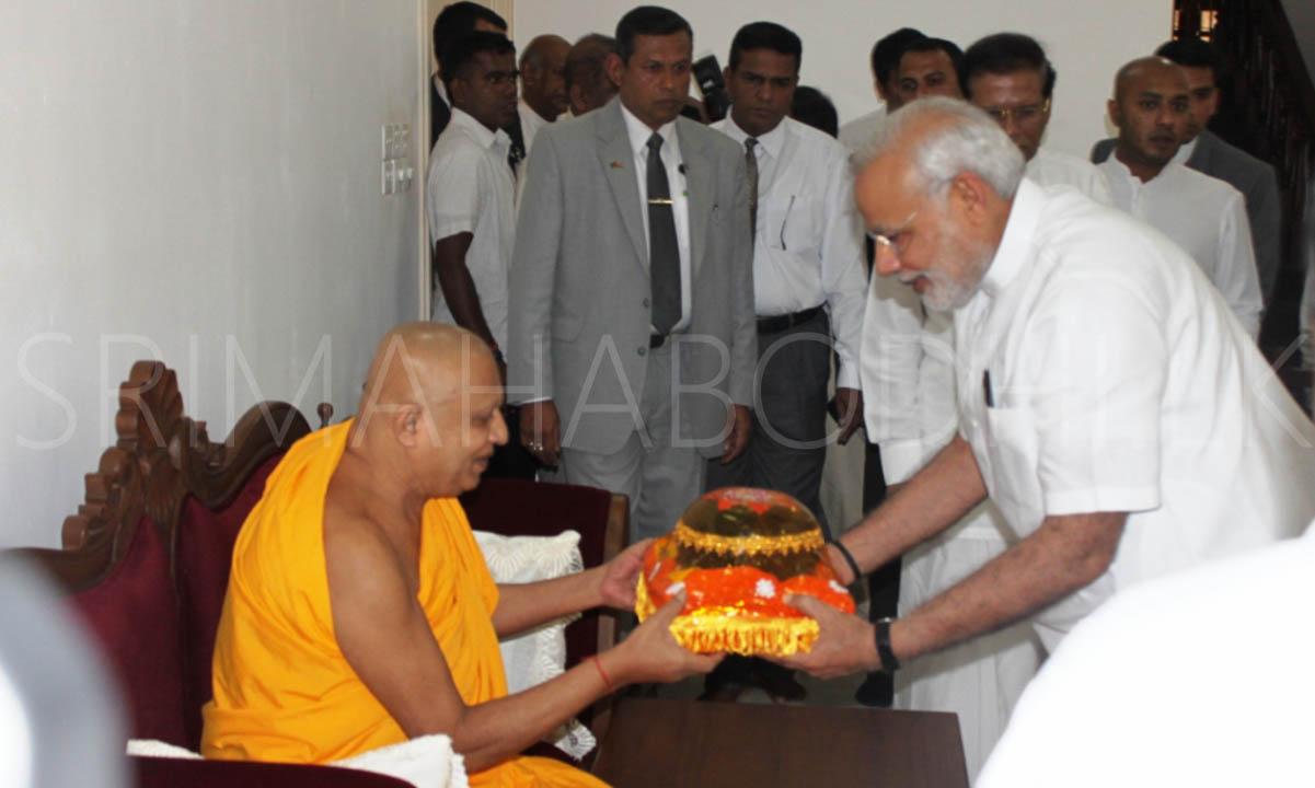 02_PM_Modi_offering_Atapirikara_to_Atamasthanadhipathi_Nayaka_Thero