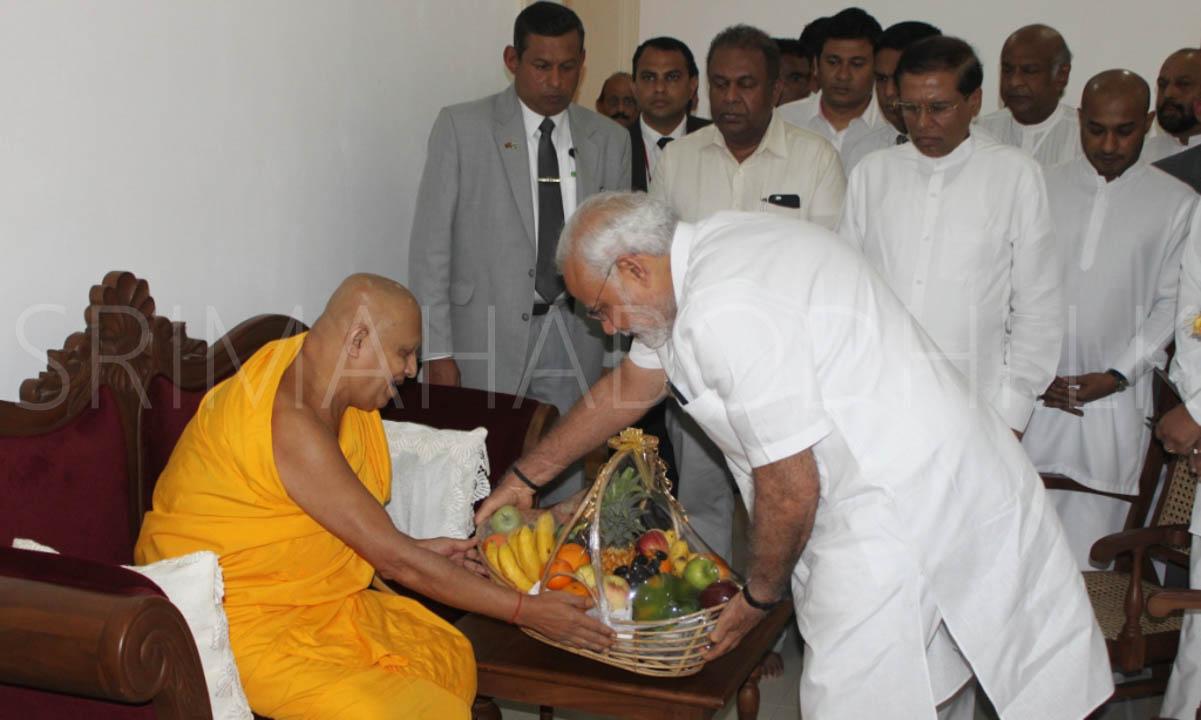 03_Offering_a_'Dekum_Wattiya'_to_the_Atamasthanadhipathi_Nayaka_Thero