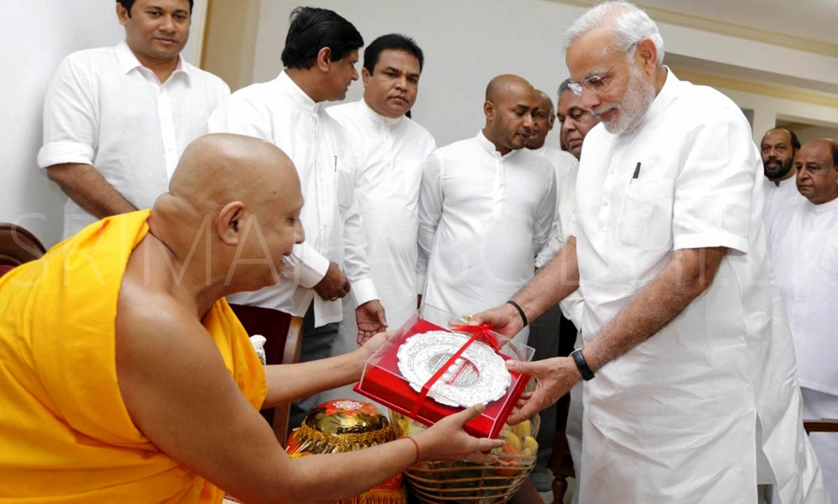 05_Atamasthanadhipathi_Nayaka_Thero_presenting_a_Silver_Souvenir_to_PM_Modi_to_commemorate_the_event