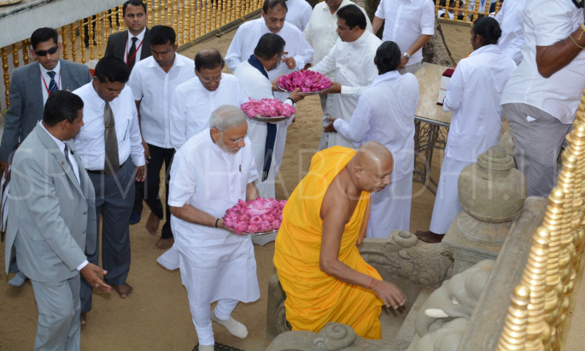 06_PM_Modi_entering_the_Udamaluwa_with_Atamasthanadhipathi_Nayaka_Thero