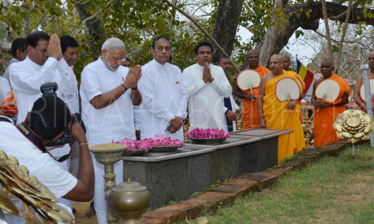 07_PM_Modi_offering_flowers_to_the_Jaya_Sri_Maha_Bodhi
