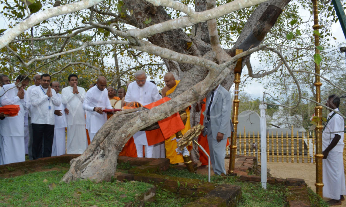 09_PM_Modi_offering_Atapirikara_to_the_Jaya_Sri_Maha_Bodhi