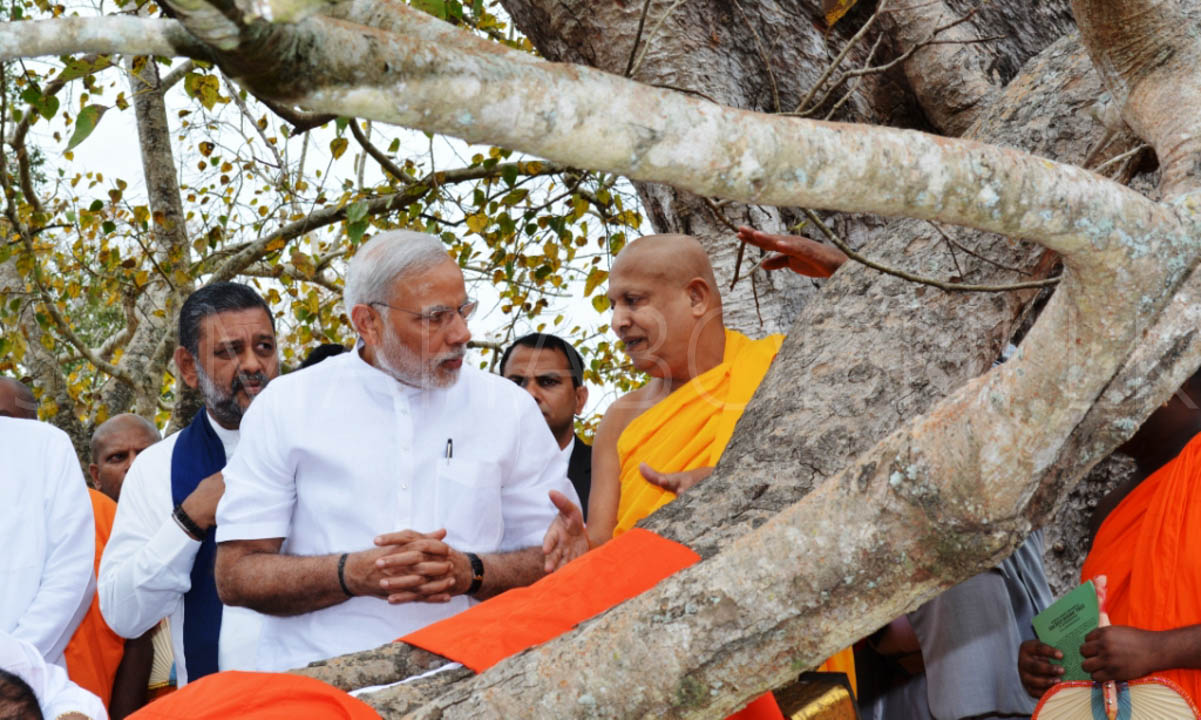 11_Atamasthanadhipathi_Nayaka_Thero_explaining_about_the_Jaya_Sri_Maha_Bodhi_to_PM_Modi