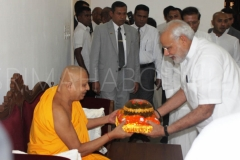 02_PM_Modi_offering_Atapirikara_to_Atamasthanadhipathi_Nayaka_Thero