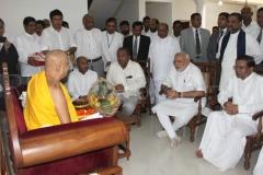 04_PM_Modi_and_Atamasthanadhipathi_Nayaka_Thero_in_a_friendly_conversation