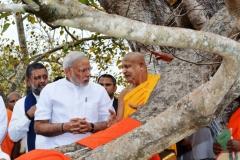 11_Atamasthanadhipathi_Nayaka_Thero_explaining_about_the_Jaya_Sri_Maha_Bodhi_to_PM_Modi